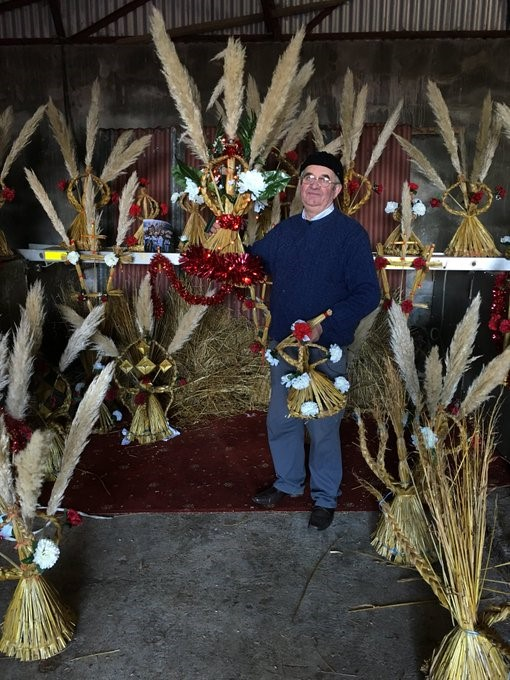 """Шляпник Майк Коффи из Килгобнета (Уотерфорд, Ирландия) - хранитель традиции """"бидди"""" (по которой куклу Бригиты носят из дома в дом), 2018 г."""