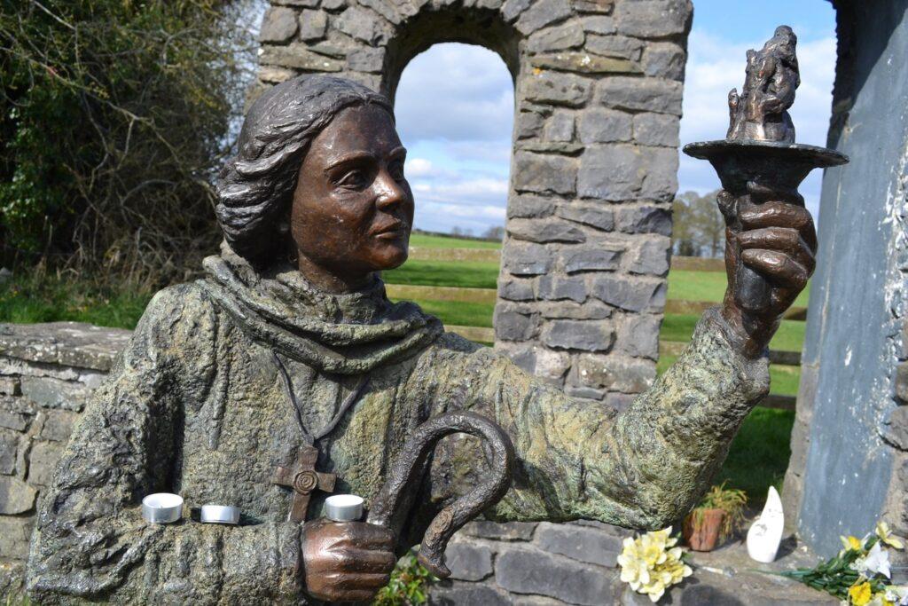 Статуя святой Бригиты у источника в Килдаре, Ирландия