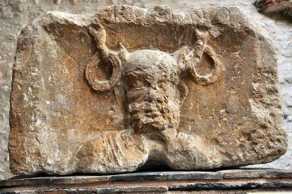 """Голова Кернунна. Изображение на """"Столпе корабельщиков"""" - известняковой римской колонне, установленной в Лютеции (совр. Париж) в I веке н.э."""